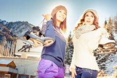Mulheres multirraciais felizes que vão à patinagem no gelo exterior Foto de Stock
