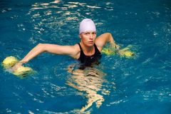 Mulheres na água com dumbbels Imagens de Stock Royalty Free