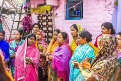 Mulheres na Índia que escutam um professor da rua na área pobre de Foto de Stock