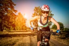 Mulheres na bicicleta Fotografia de Stock Royalty Free