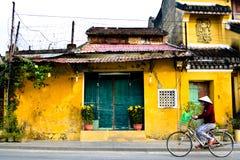 Mulheres na bicicleta em Vietname Fotos de Stock
