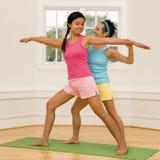 Mulheres na classe da ioga imagem de stock