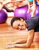 Mulheres na classe de ginástica aeróbica. Foto de Stock