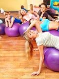 Mulheres na classe de ginástica aeróbica. Imagens de Stock