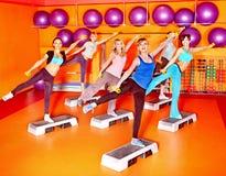Mulheres na classe de ginástica aeróbica. Imagem de Stock