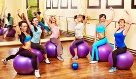 Mulheres na classe de ginástica aeróbica. Fotografia de Stock Royalty Free