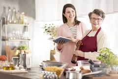 Mulheres na cozinha fotografia de stock