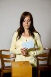 Mulheres na eleição com cédulas e caixa de cédula Foto de Stock