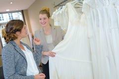 Mulheres na loja de vestido do casamento imagens de stock royalty free