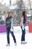 Mulheres na pista de gelo Imagem de Stock