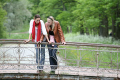 Mulheres na ponte no parque Fotografia de Stock Royalty Free