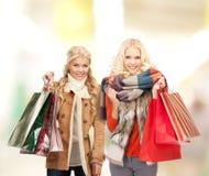 Mulheres na roupa do inverno com sacos de compras imagem de stock