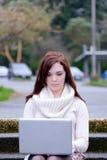 Mulheres na universidade que datilografam em um computador Fotografia de Stock Royalty Free