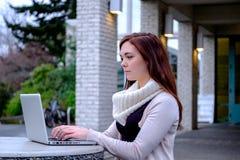 Mulheres na universidade que datilografam em um computador Foto de Stock Royalty Free