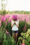 Mulheres nas flores fotografia de stock