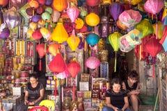 Mulheres nas lojas da rua que vendem lâmpadas em Hanoi, Vietname fotografia de stock