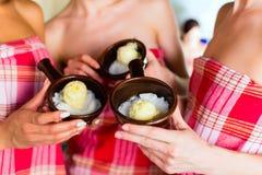 Mulheres no banho de vapor de Hammam com casca Foto de Stock