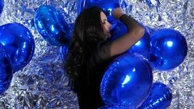 Mulheres no bom humor entre balões infláveis no evento da noite video estoque