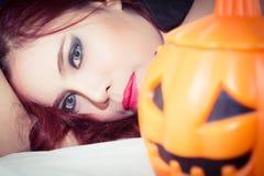 Mulheres no conceito o Dia das Bruxas Fotos de Stock Royalty Free