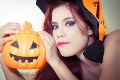 Mulheres no conceito o Dia das Bruxas Imagens de Stock