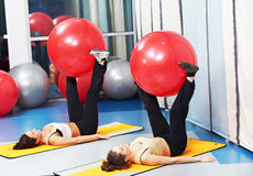 Mulheres no exercício com esfera da aptidão Fotografia de Stock Royalty Free