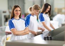 Mulheres no líquido de limpeza seco foto de stock