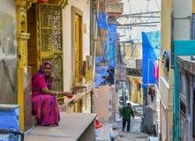 Mulheres no saree na cidade velha em Jodhpur, Índia fotografia de stock royalty free