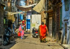 Mulheres no saree que andam na rua imagens de stock royalty free