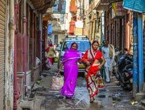 Mulheres no saree que andam na rua imagens de stock
