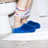 Mulheres no toalete com deslizadores imagem de stock