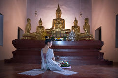 Mulheres no vestido tailandês no templo velho Fotografia de Stock