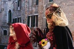 Mulheres nos trajes e máscaras no carnaval em Veneza, Itália Imagens de Stock