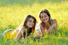 Mulheres novas ao ar livre no verão Imagem de Stock