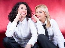 Mulheres novas bonitas felizes que riem e que levantam Imagens de Stock Royalty Free