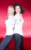 Mulheres novas bonitas felizes que riem e que levantam Foto de Stock