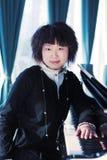 Mulheres novas com piano imagem de stock