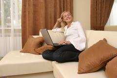 Mulheres novas com portátil imagem de stock royalty free