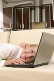 Mulheres novas com portátil fotografia de stock royalty free