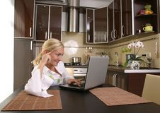 Mulheres novas com portátil foto de stock royalty free
