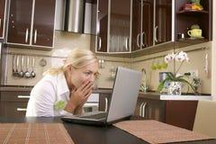 Mulheres novas com portátil fotos de stock