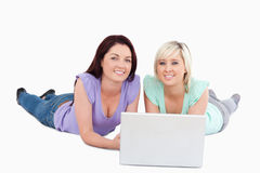 Mulheres novas com um portátil Fotos de Stock