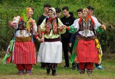 Mulheres novas de Gorani de Shishtavec, Albânia em trajes tradicionais imagens de stock royalty free