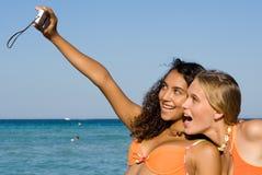 Mulheres novas de sorriso felizes Foto de Stock Royalty Free