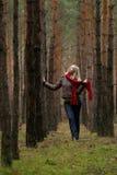 Mulheres novas na floresta imagem de stock