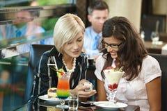 Mulheres novas no café fotografia de stock royalty free