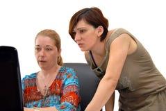 Mulheres novas no escritório foto de stock