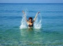 Mulheres novas no mar Fotos de Stock Royalty Free