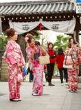 Mulheres novas no vestido do quimono Fotografia de Stock