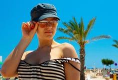 Mulheres novas nos óculos de sol fotos de stock
