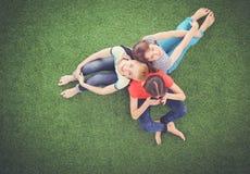 Mulheres novas que encontram-se na grama verde Jovens mulheres Fotografia de Stock